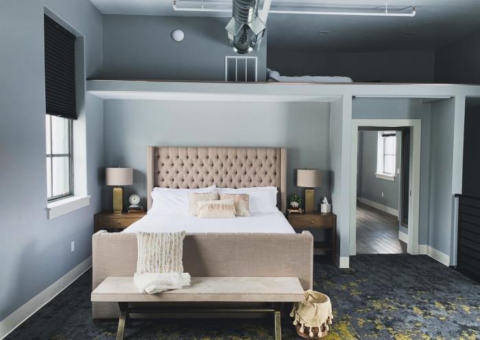 fenetre stores noires peinture bleu gris décoration lit cocooning coussins décoratifs systeme climatisation
