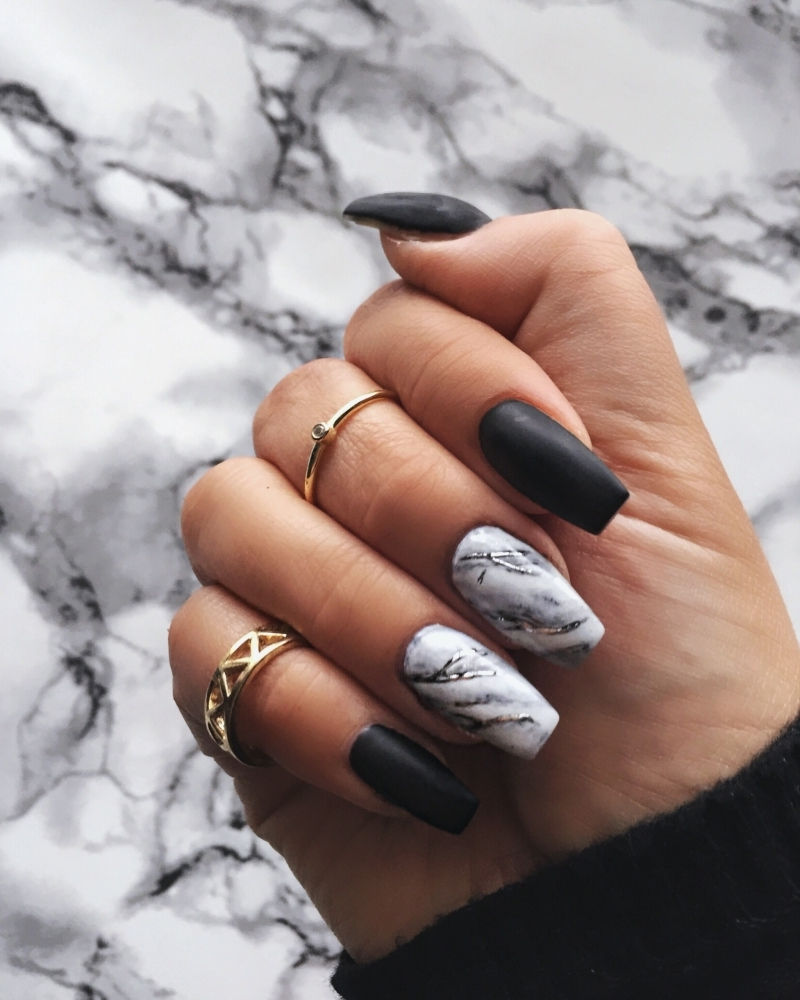finition vernis mat ongle noir et blanc ongles longs nail art maison