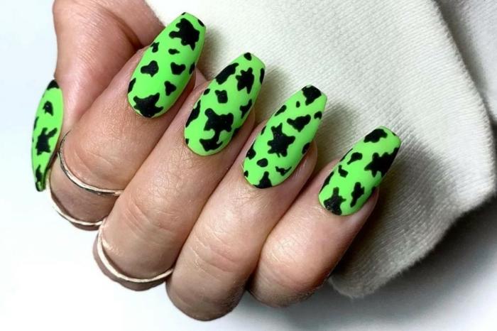 fluo ongle en gel ete ongles verts fluo avec des décorations noires