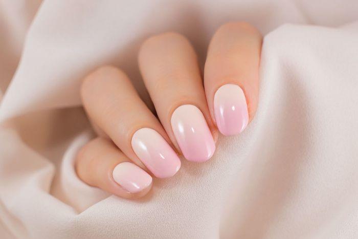 gel nail art rose ongles couleurs effet ombré été 2021 ongles courts tendance rose pâle vernis