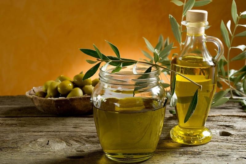 huile d olive pour bronzer une bouteille d'huile d'olive avec une branche d olive