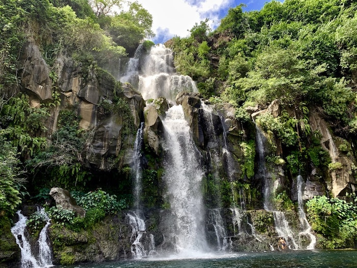 idée ile de la reunion avec cascade et lac vegetation verte