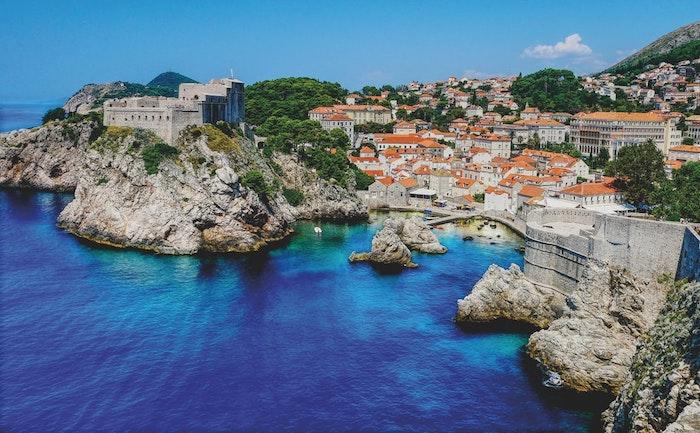 idée image croatie mer littoral avec des maisons authentiques