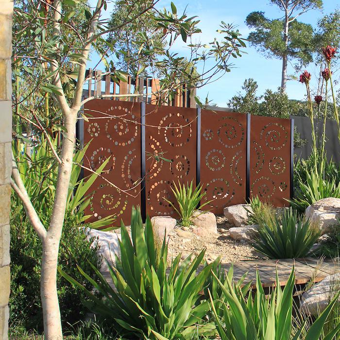 idées de trous percés dans panneaux métalliques deco jardin recup simple