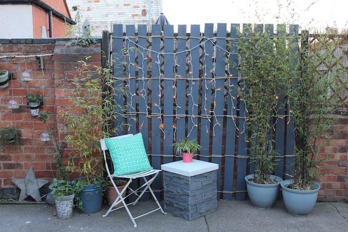 idee de brise vue recup en planches de palettes recyclées noués avec corde dans jardin moderne