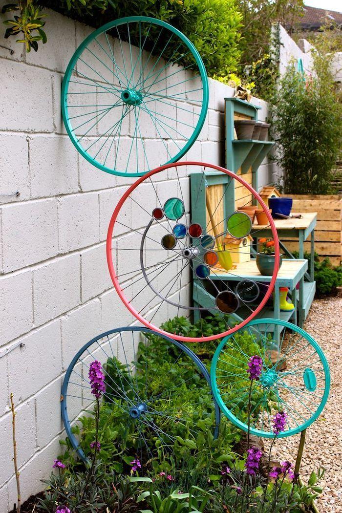 idee de separation de jardin decorative en roues de bicyclette