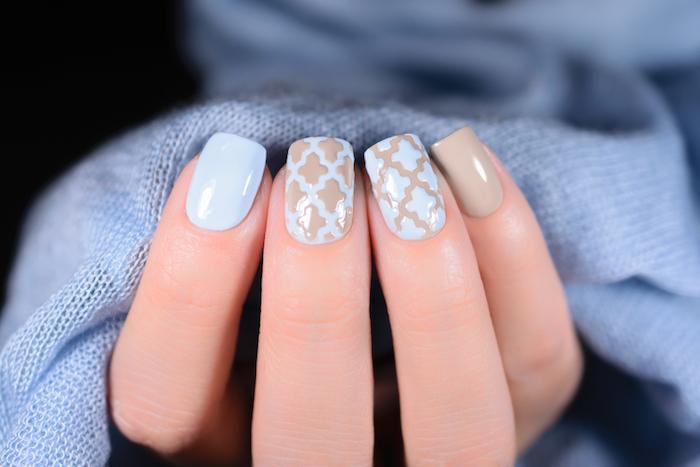 idee ongle semi permanent longueur dessin sur ongles motifs géométriques vernis de base bleu