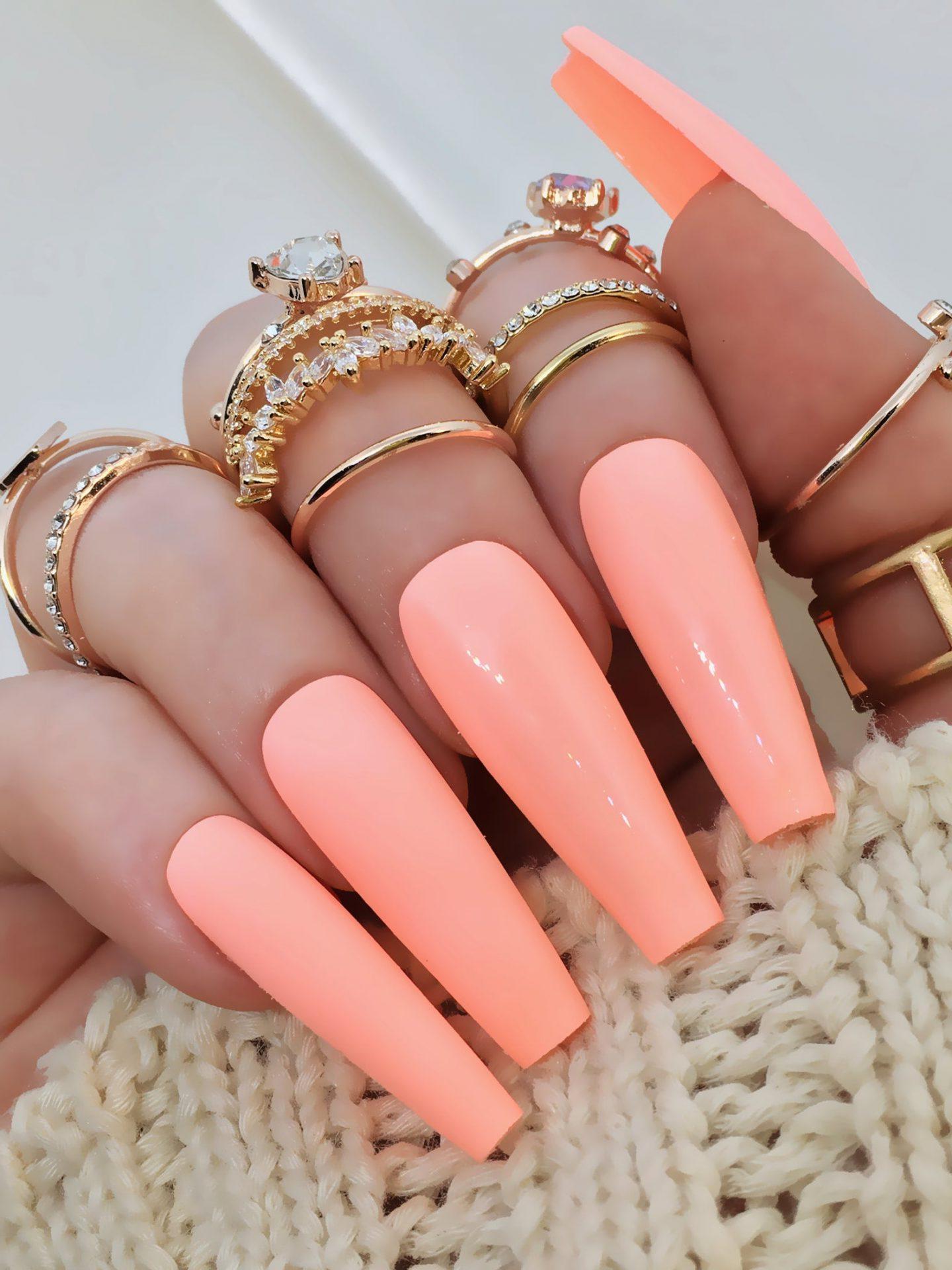 idee ongle semi permanent vernis de base corail tendance couleur été 2021 bijoux or