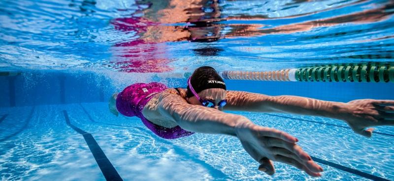 jardin avec piscine une femme qui fait de la natation dans la piscine de jardin