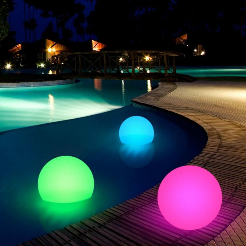 jardin paysager avec piscine éclairage multicolore pour la piscine