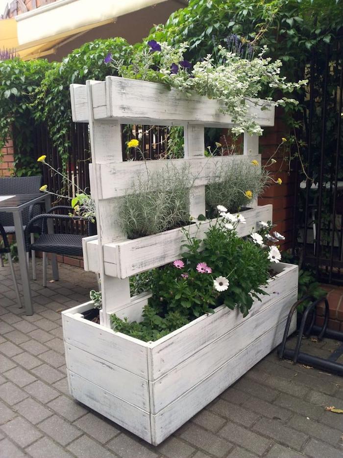 jardinière brise vue originale en planches de palette de bois peint en blanc