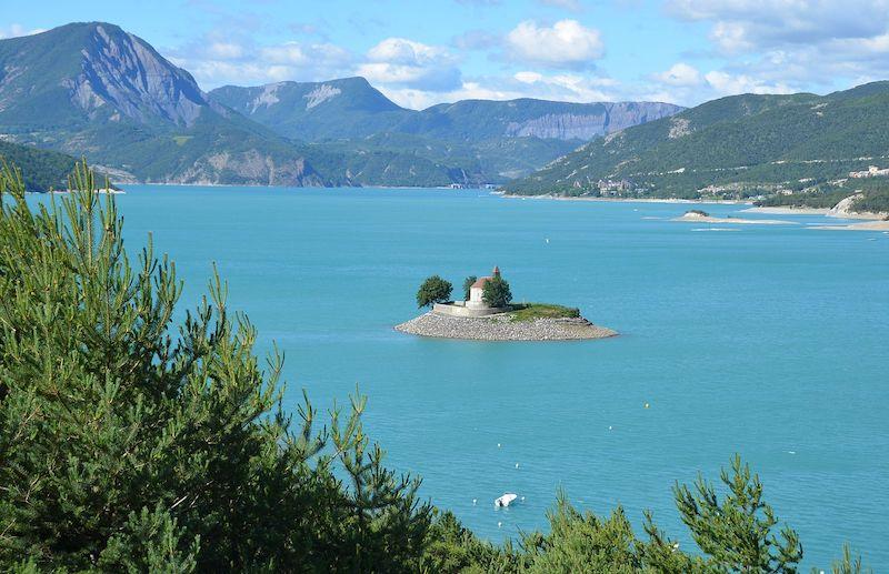 lac dans les alpes lac de serre ponçon