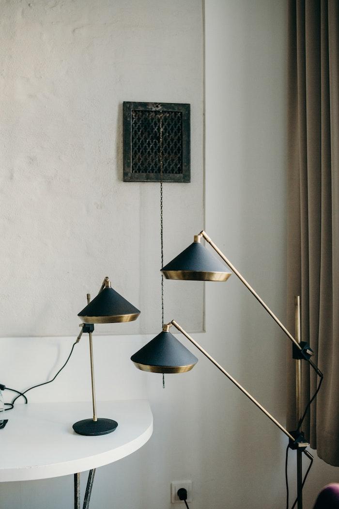 lampadaire design original exemple de lampe à bras articulé laiton et noir