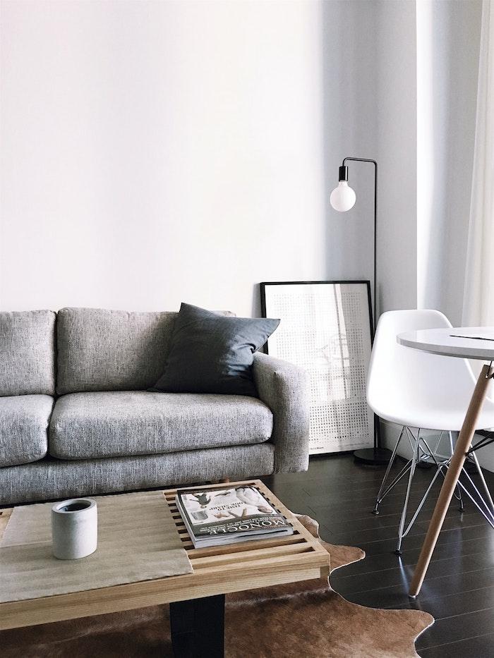 lampadaire simple rige noire et ampoule ambiance minimaliste salon scandinave