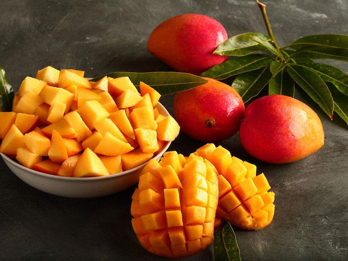 manger une mangue le soir coupée en dés dans un bol fruit et feuilles de mangue