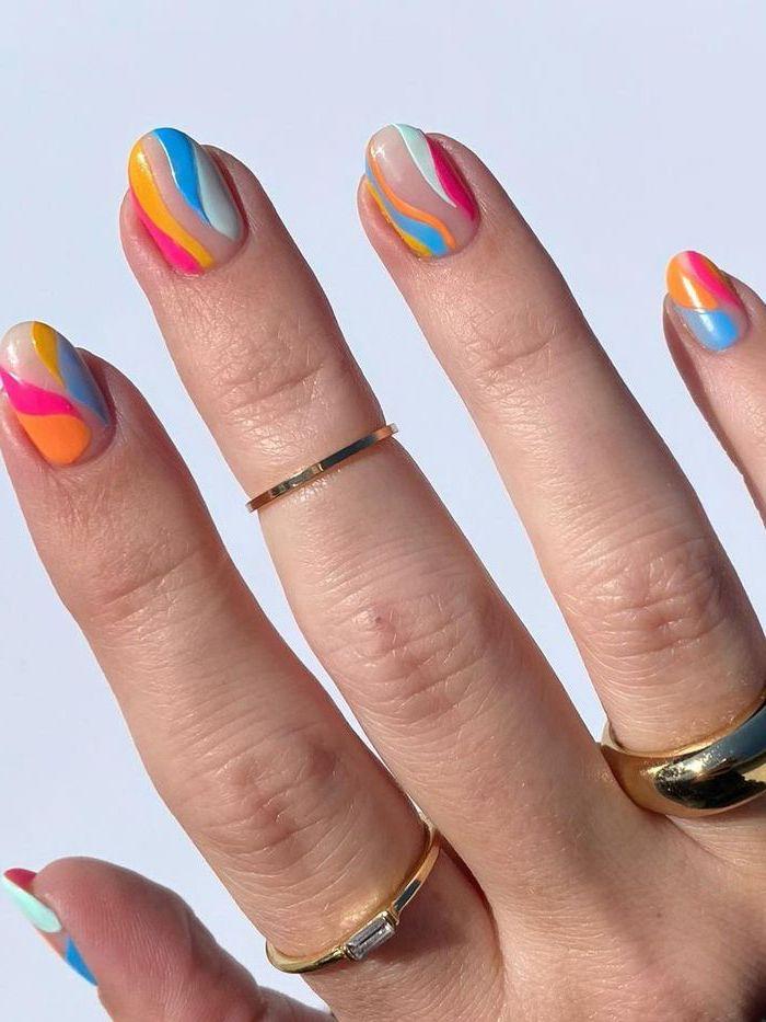 manucure multicolore vernis de base nude ongle gel ete nail art facile et originale bague or