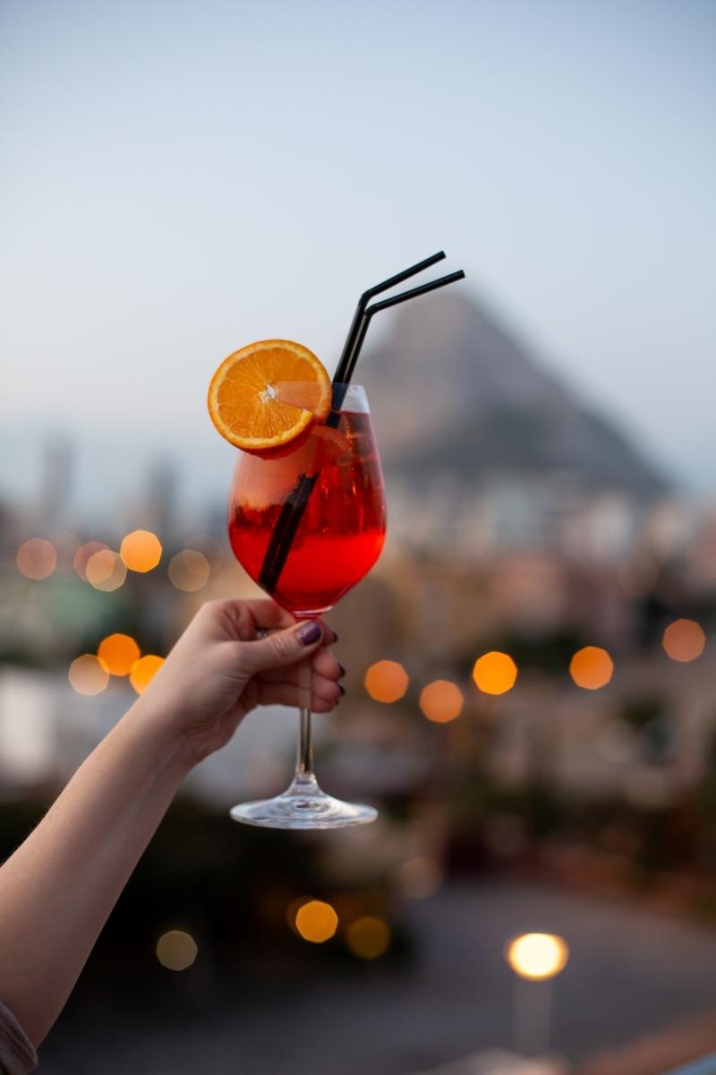 manucure ongles courts femme lumière nuit ville recette d apérol spritz terrasse boisson