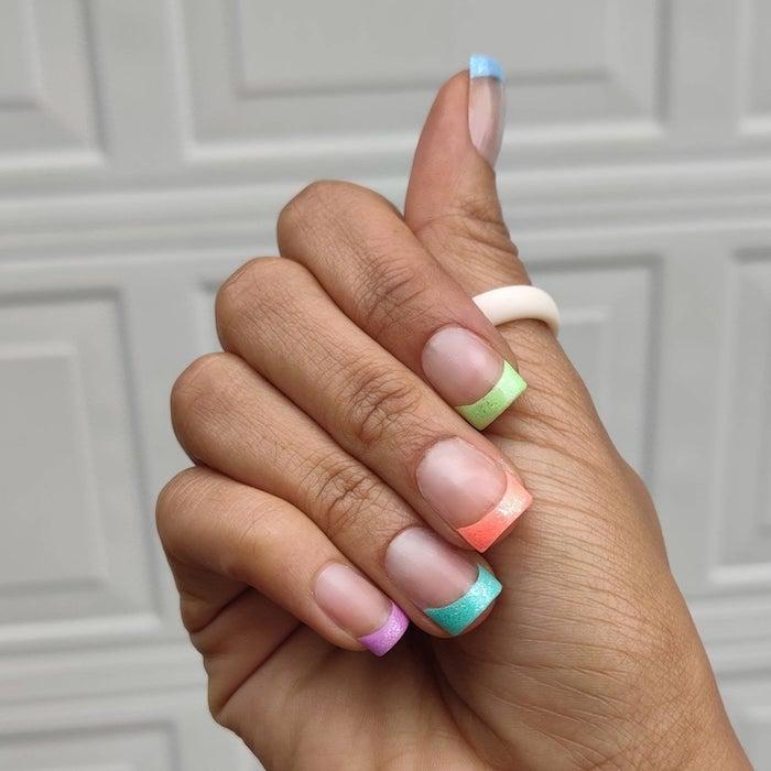 manucure originale variation manucure francaise colorée pointes longueur ongles bague bois