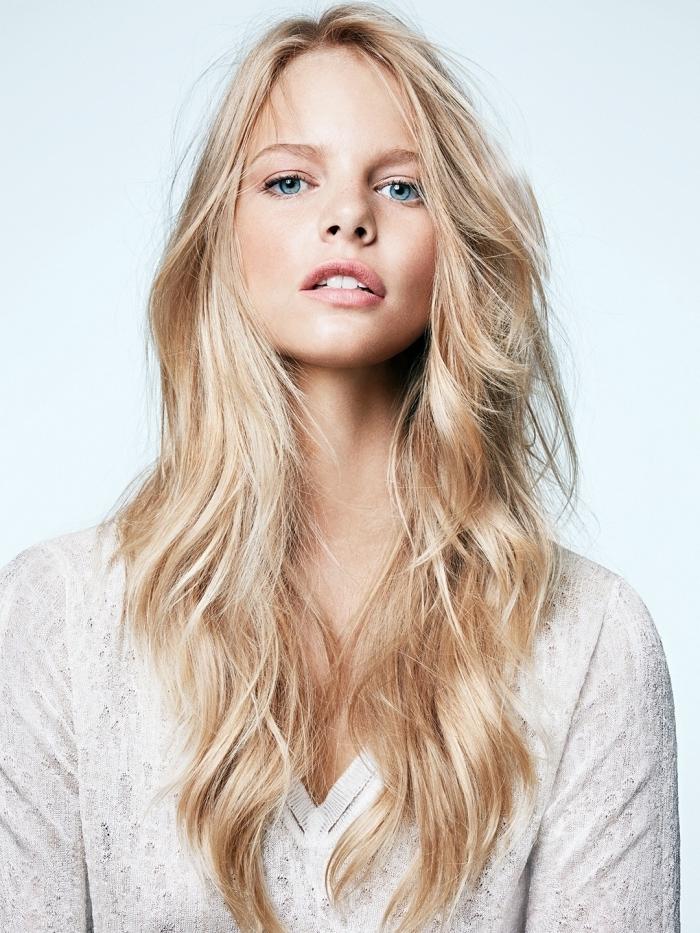 maquillage nude yeux bleus brushing wavy cheveux longs en dégradé coloration blonde