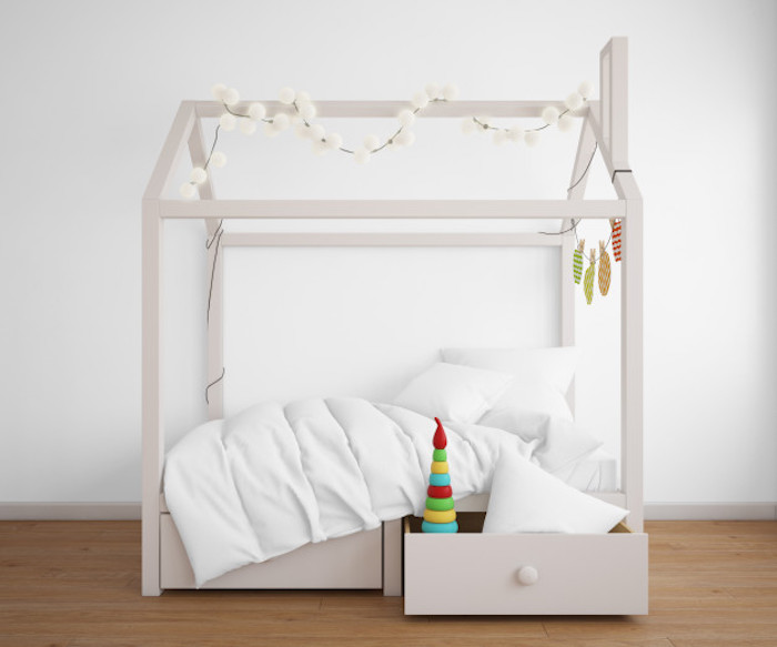 modèle de lit cabane original blanc avec tiroirs intégrés guirlande de boules lumineuses linge de lit blanc