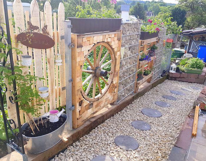 modele brise vue decoratif roue de bois planches de bois et gabion rempli de pierres chemin de pierres