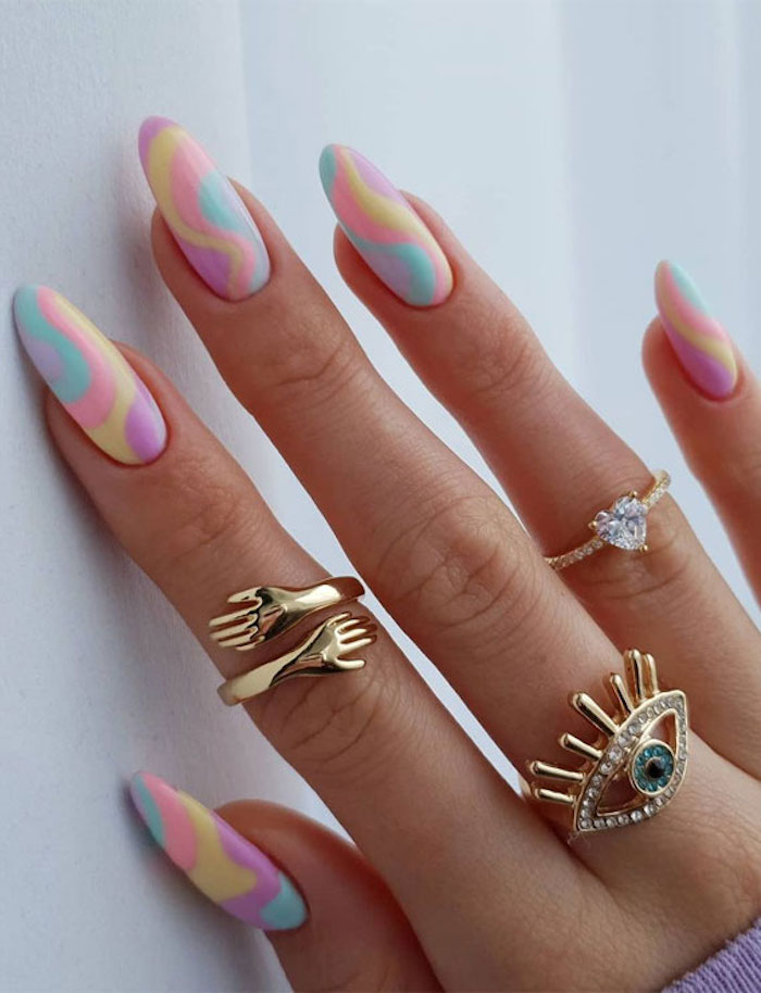 modele manucure bagues dorées accessoires bijoux ongles colorés vernis pastel jaune