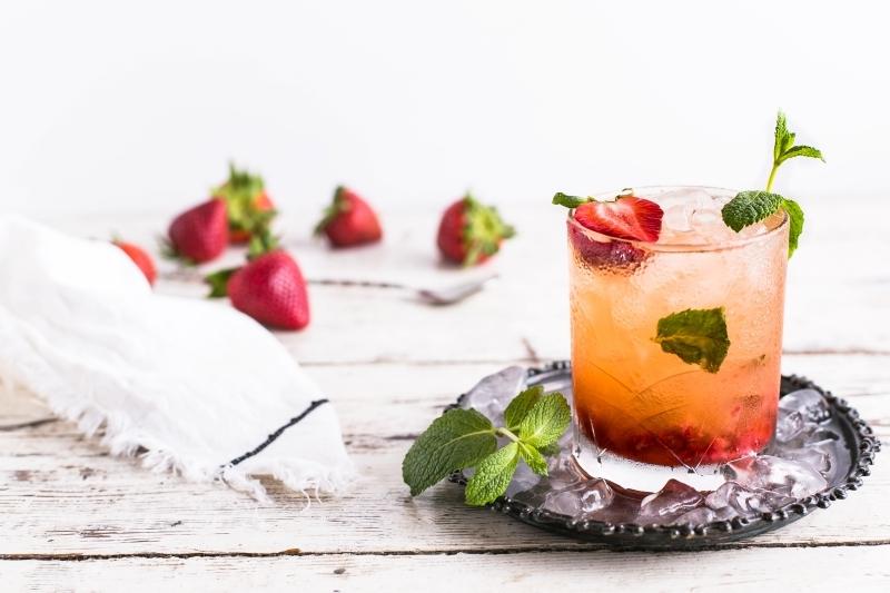 mojito fraise sans alcool verre préparation boisson eau gazeuse sirop simple