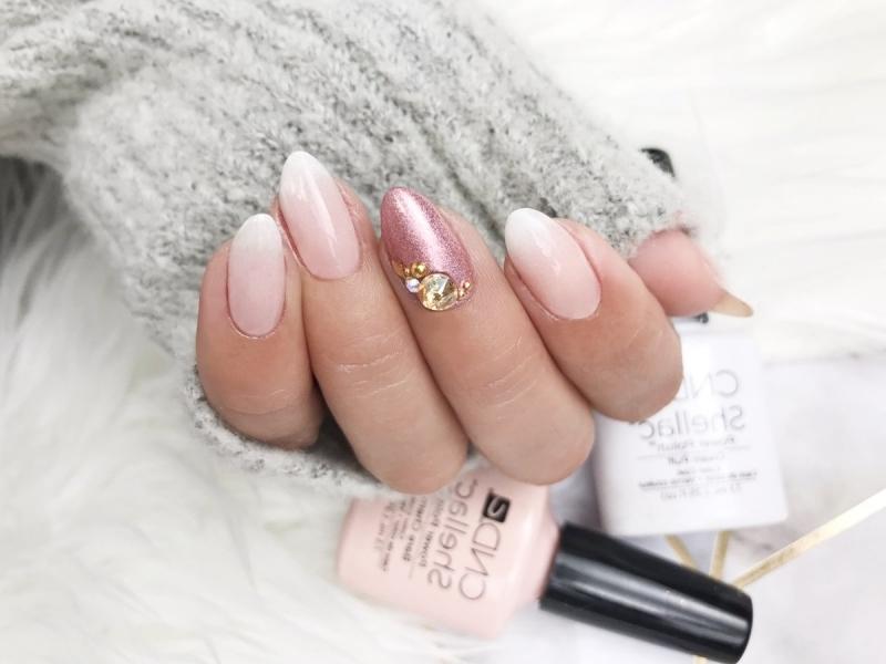 nail art baby boomer vernis rose pâle dégradé en blanc et rose