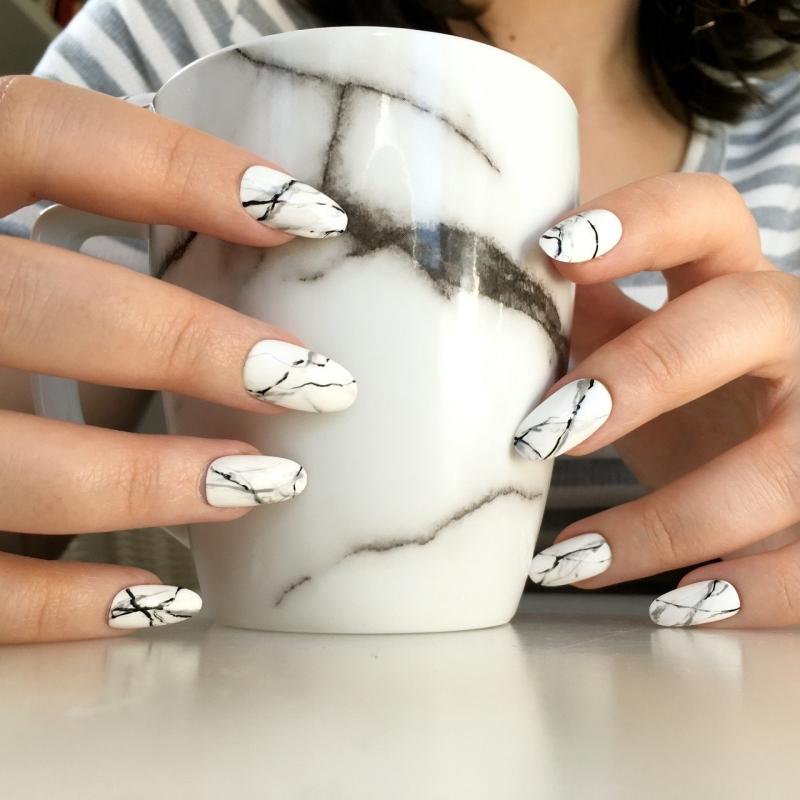 nail art marbré vernis de base blanc lignes stries vernis foncé noir