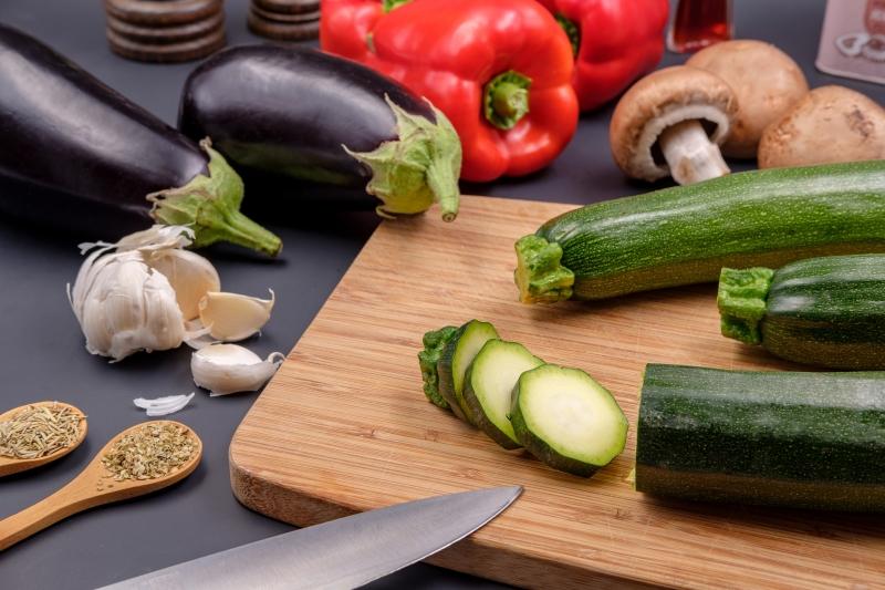 nourriture légumes couper les courgettes couteau cuillère bois épices gousse d ail
