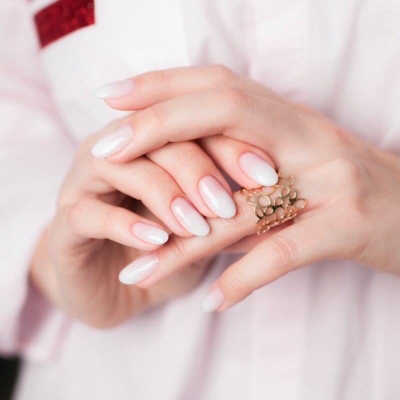 ongle dégradé rose bague or ongles longs manucure minimaliste blanche