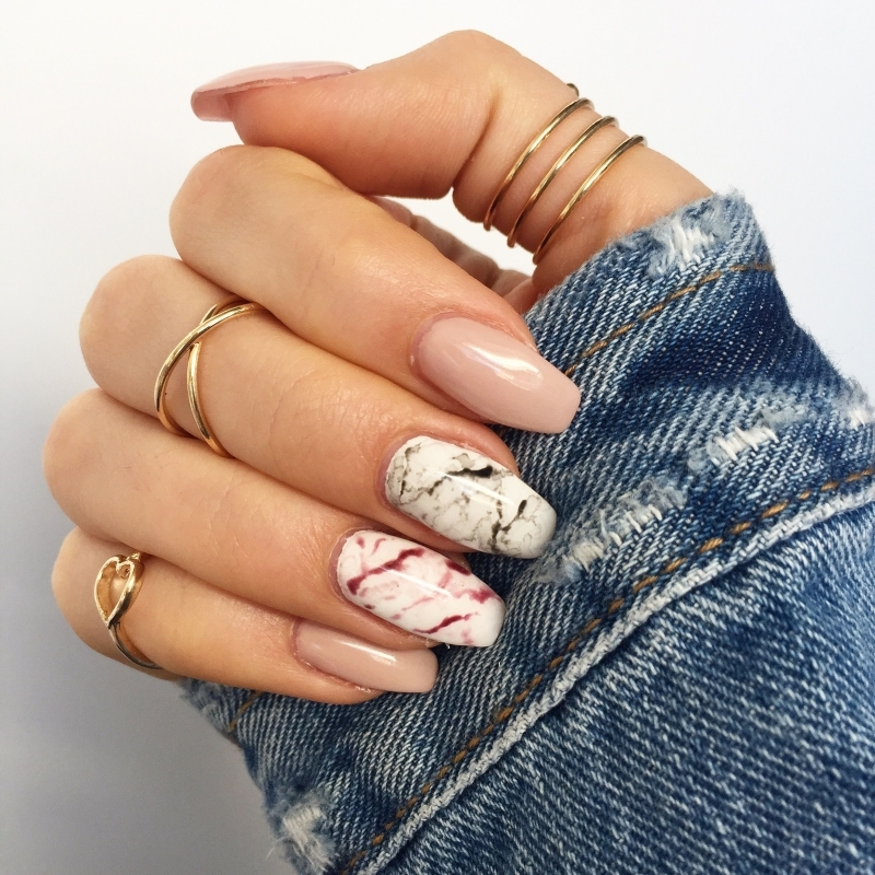 ongle en gel marbre coloré rose vernis base blanc ongles longs