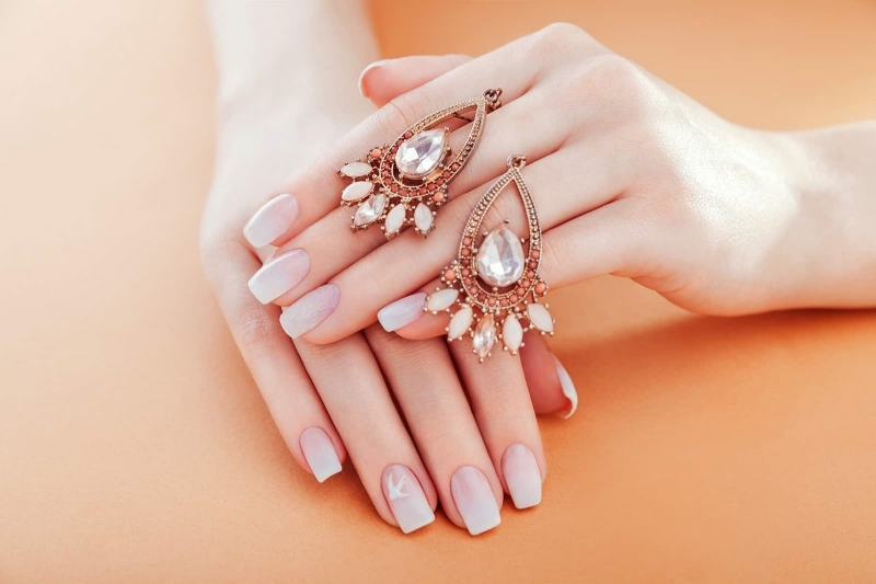 ongle gel blanc bijoux ongles longs formes degradé finition mate