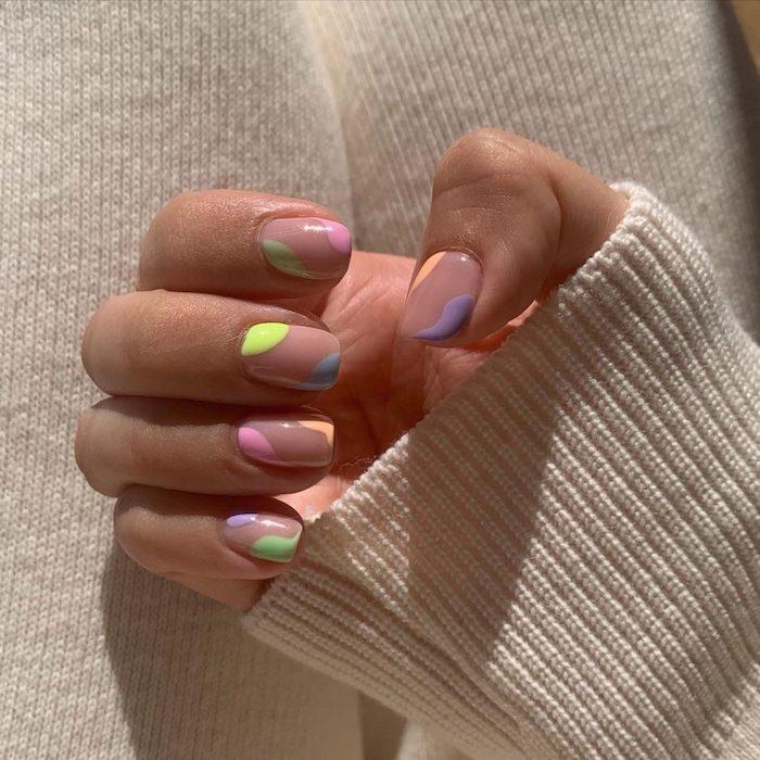 ongle multicolore minimaliste manucure délicate couleurs pastel vernis tendance ongles