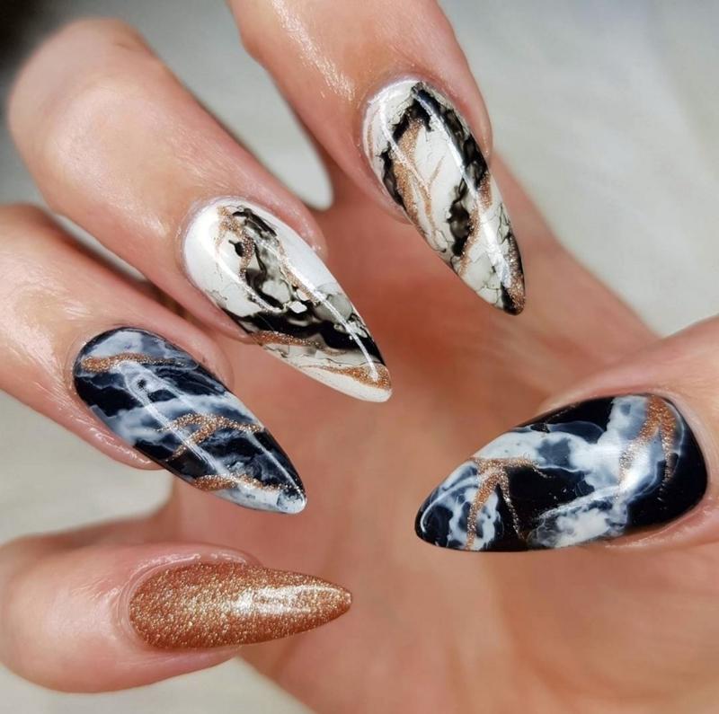ongle noir et blanc vernis pailleté or veines noir contraste ongles