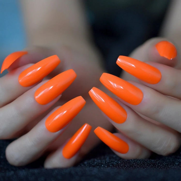 ongle orange fluo manucure longue et orange néon
