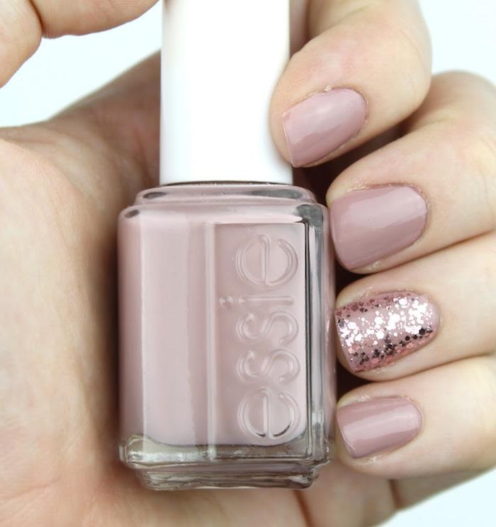 ongles 2021 courts longueur vernis rose pastel effet glitter décoration sur un seul doigt