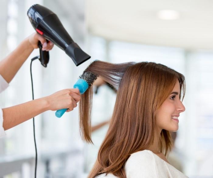 outils coiffure maison brosse ronde coupe cheveux long seche cheveux embout air chaud cheveux lisses