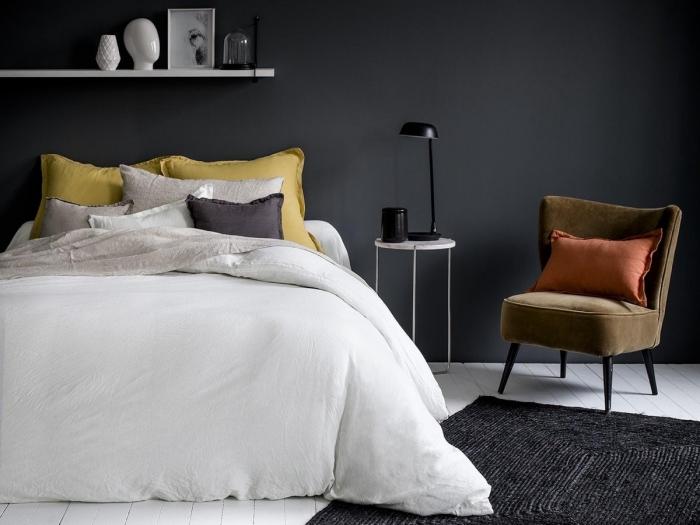 peinture noire chambre rangement étagère linge de lit beige lin lavé matière qualité