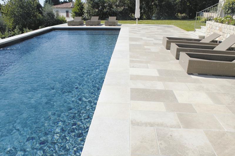 photos aménagement paysager autour piscine pierre naturelle comme revêtement de la piscine