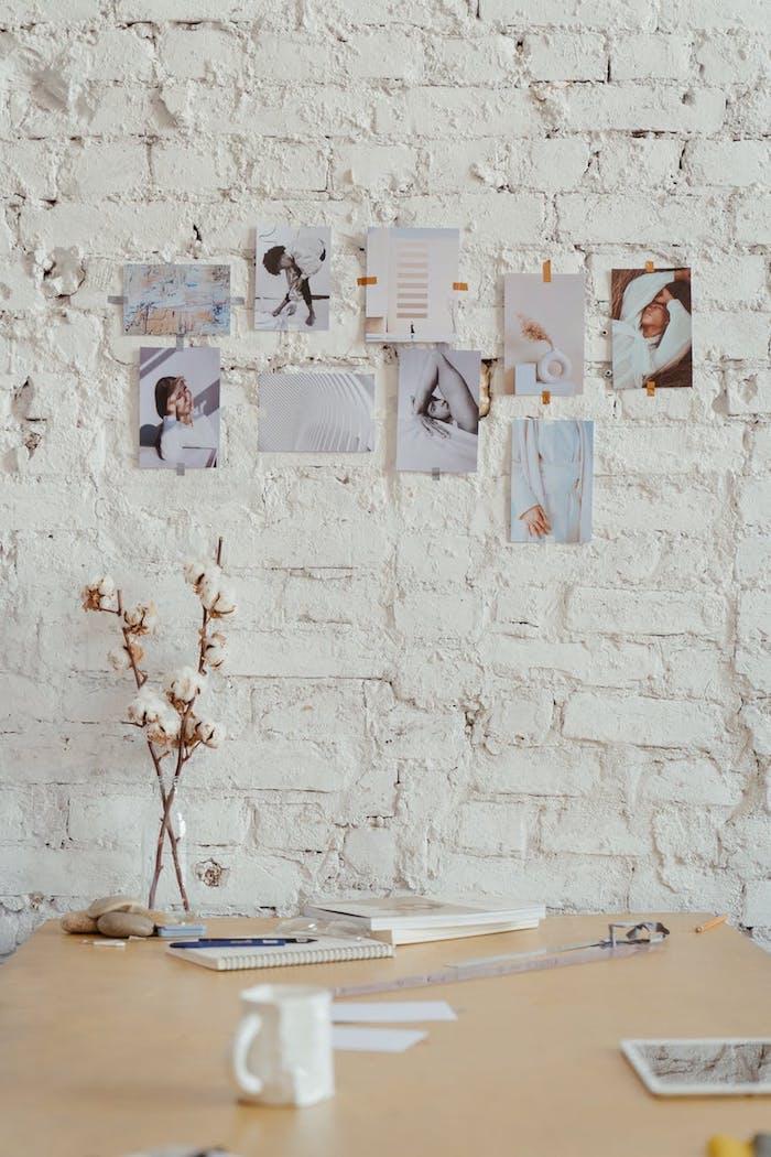 photos imprimées et collées au mur look artistique et décontracté du mur aux tuiles blanches