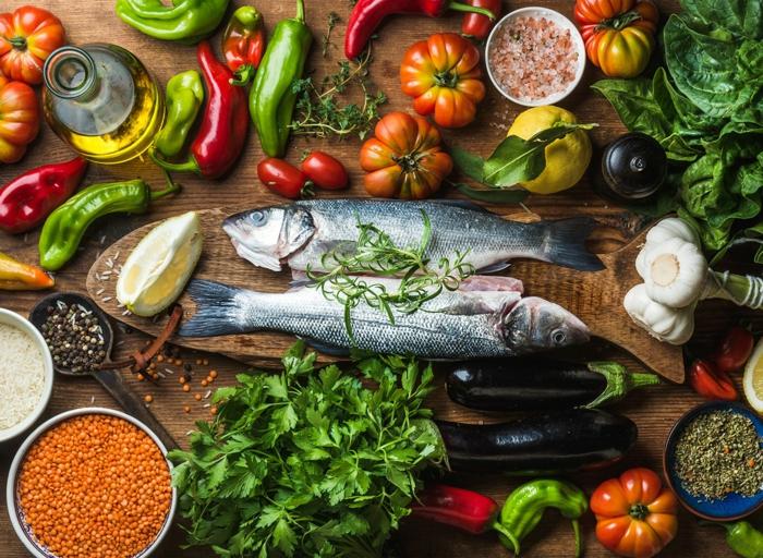 plat méditerranéen de poisson garni de persil poivron épices paprika aubergine