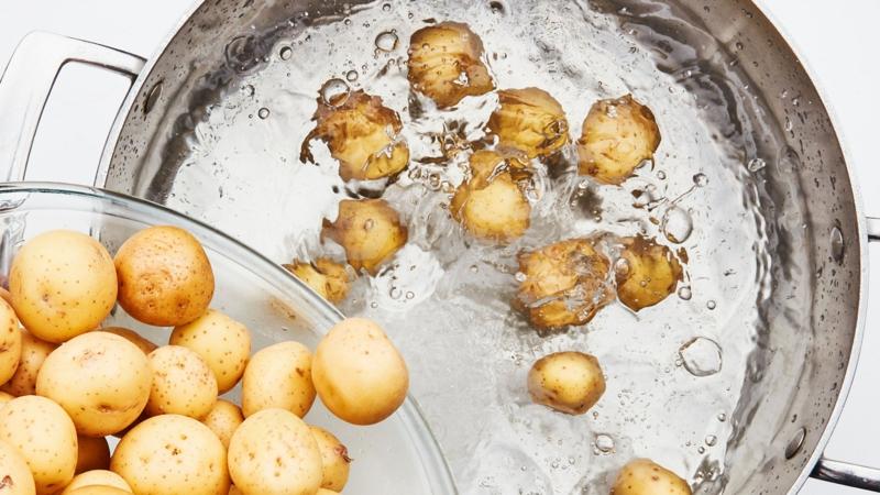 pomme de terre au four avec romarin pommes de terre dans l'еau