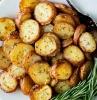 pommes de terre au four au romarin dans une assiette blanche