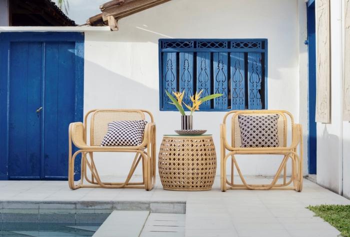 porte couleur bleue décoration piscine améangement meubles rotin chaise table déco coussins
