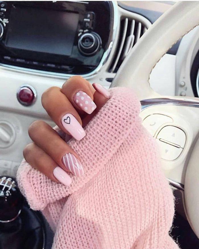 pull rose pastel tendances couleur vernis ete ongles longs polka dots manucure blancs