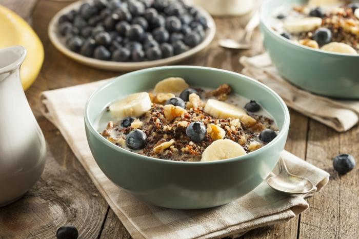 régime méditerranéen petit déjeuner composé de céréales complètes avec myrtille et banane