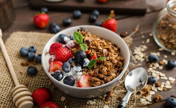 régime méditerranéen petit déjeuner composé de céréales complètes et fruits fraises myrtille