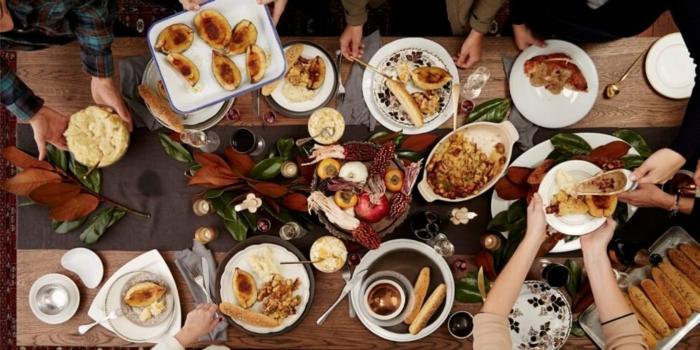 régime méditerrannéen repas avec des amis avec des assiettes sur la table