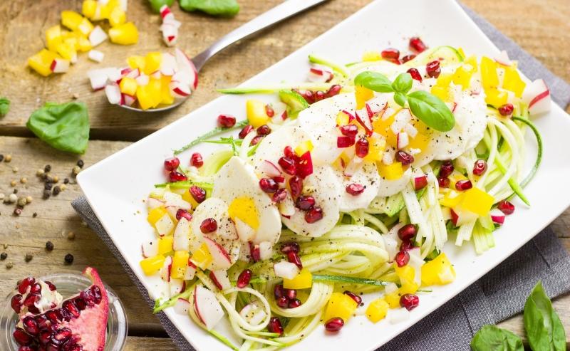 recette avec zoodles courgettes feuilles basilic graines grenade